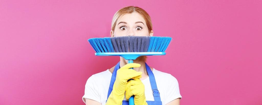 ragazza-con-scopa-pulizie