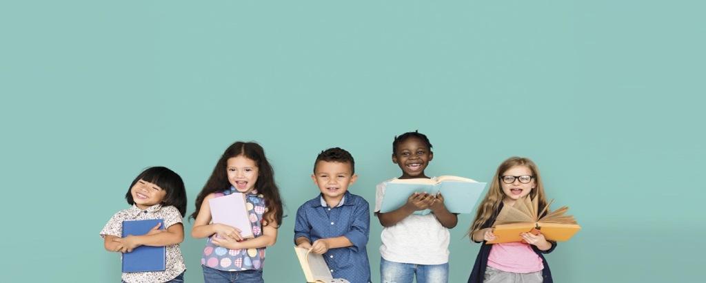 bambini-sorridono-con-libri