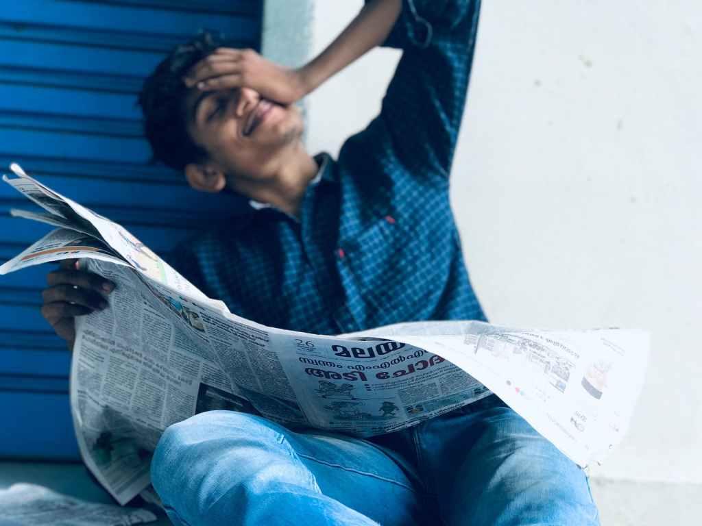 ragazzo-legge-il-giornale