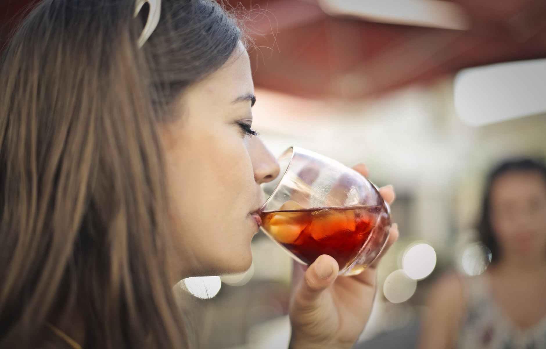 ragazza-beve-bicchiere-ghiaccio