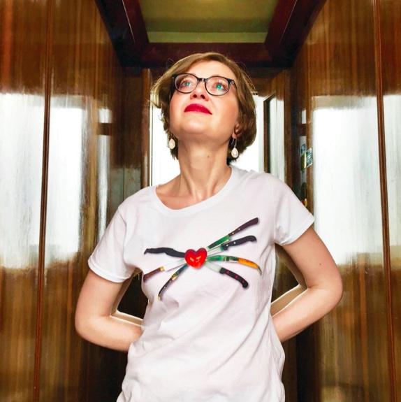 Anita-pepe-girl-with-t-shirt-and-glasses