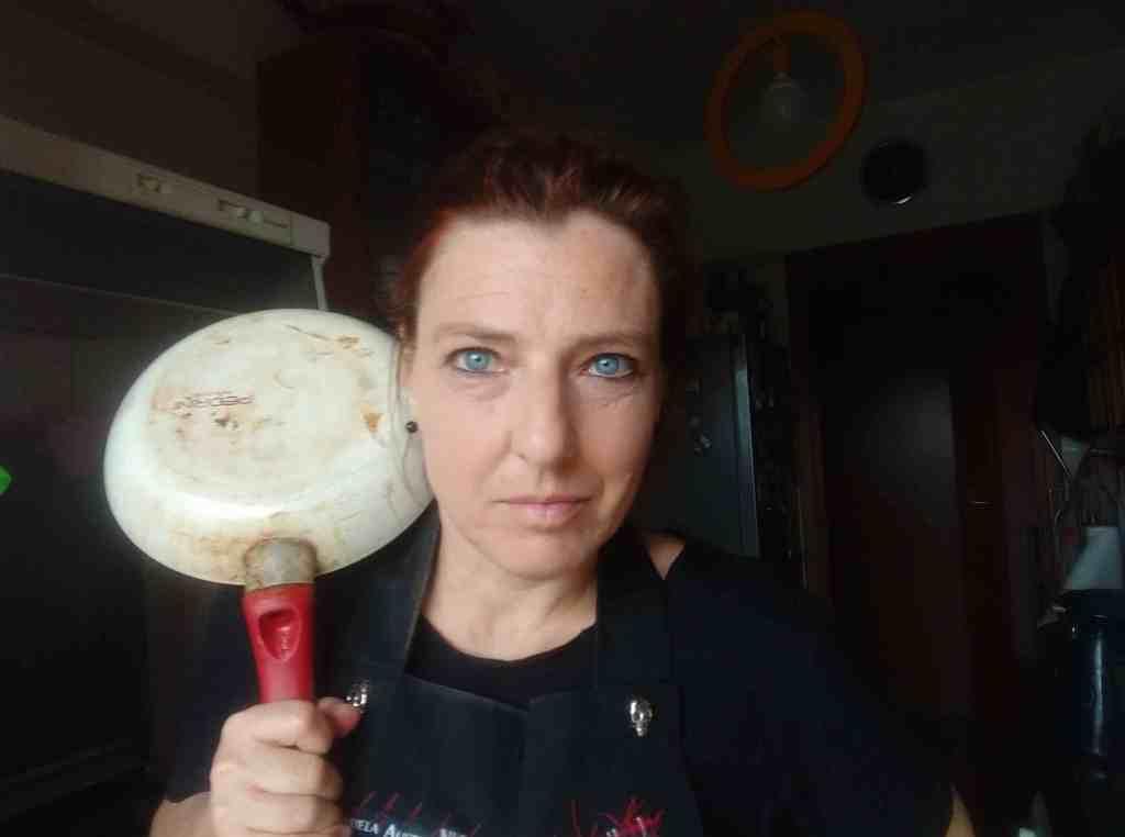 anna-maria-piccoli-donna-cucina-padella