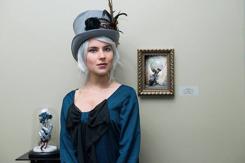 ixie-darkonn-girl-with-hat-and-painting