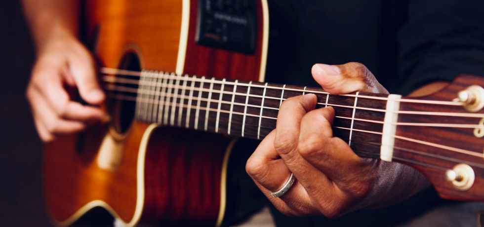 playing-guitar-chitarra-mani-suonare