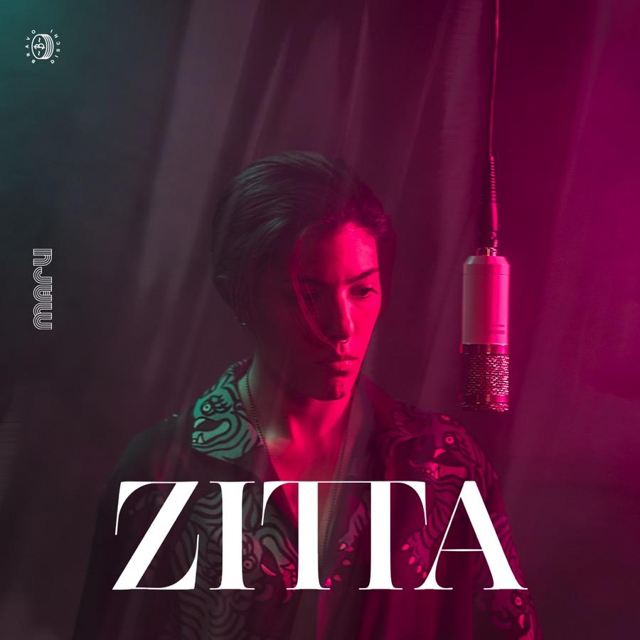 maru-zitta-girl-microphone-pink-light