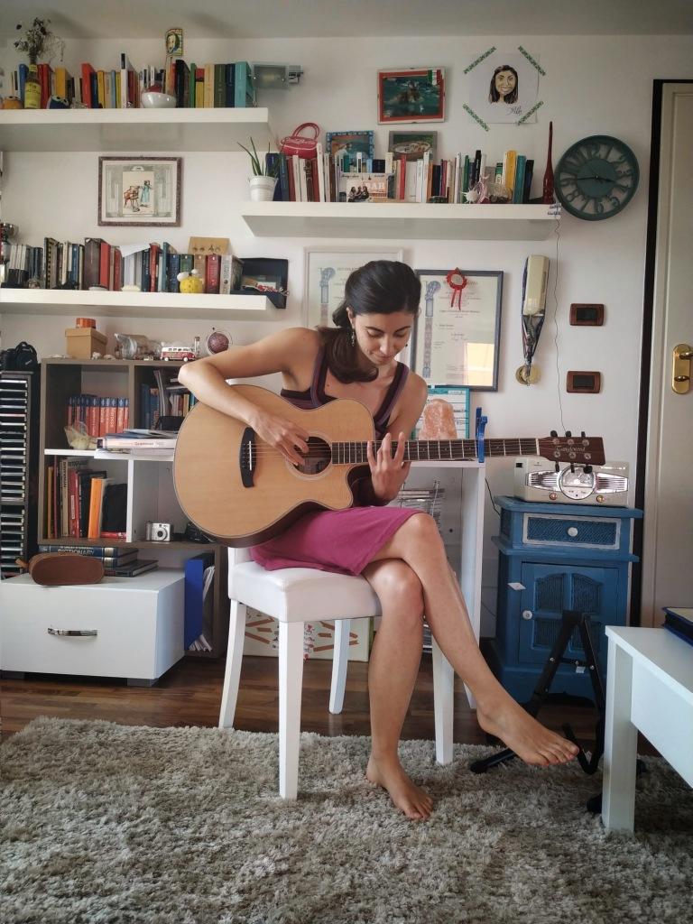 festa-della-musica-world-music-day-2020-girl-playing-guitar