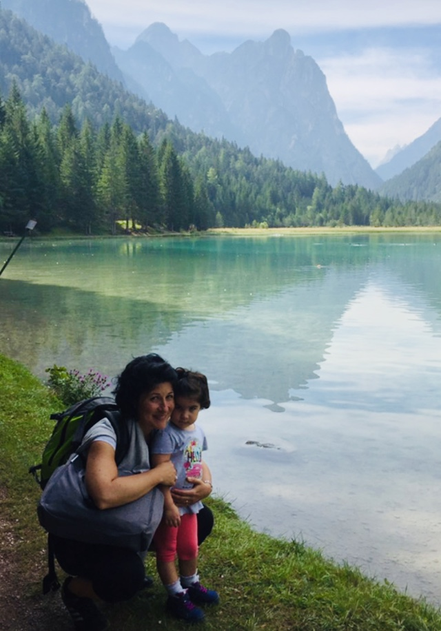 giornata-mondiale-ambiente-world-environment-day-2020-green-nature-girl-with-child-lake