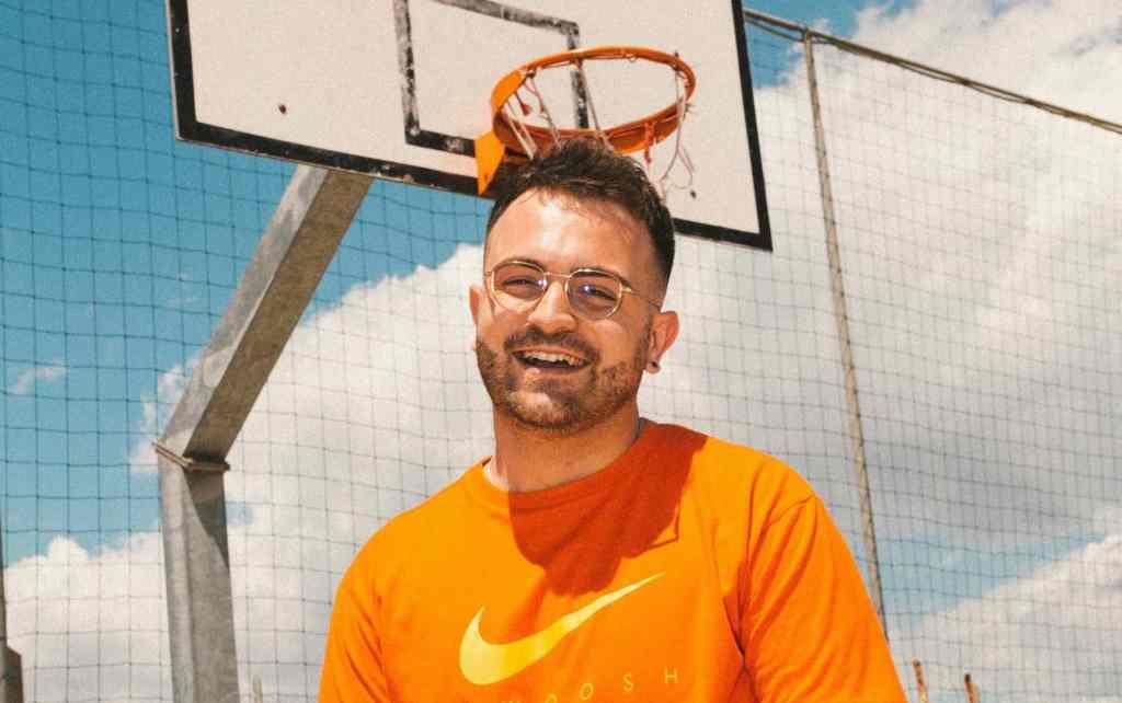 manuel-finotti-ragazzo-occhiali-maglietta-arancione-basket
