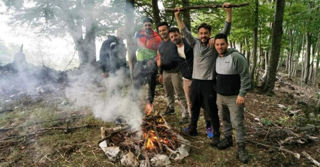 recovery-energy-survival-natura-ragazzi-abbracciati-nel-bosco
