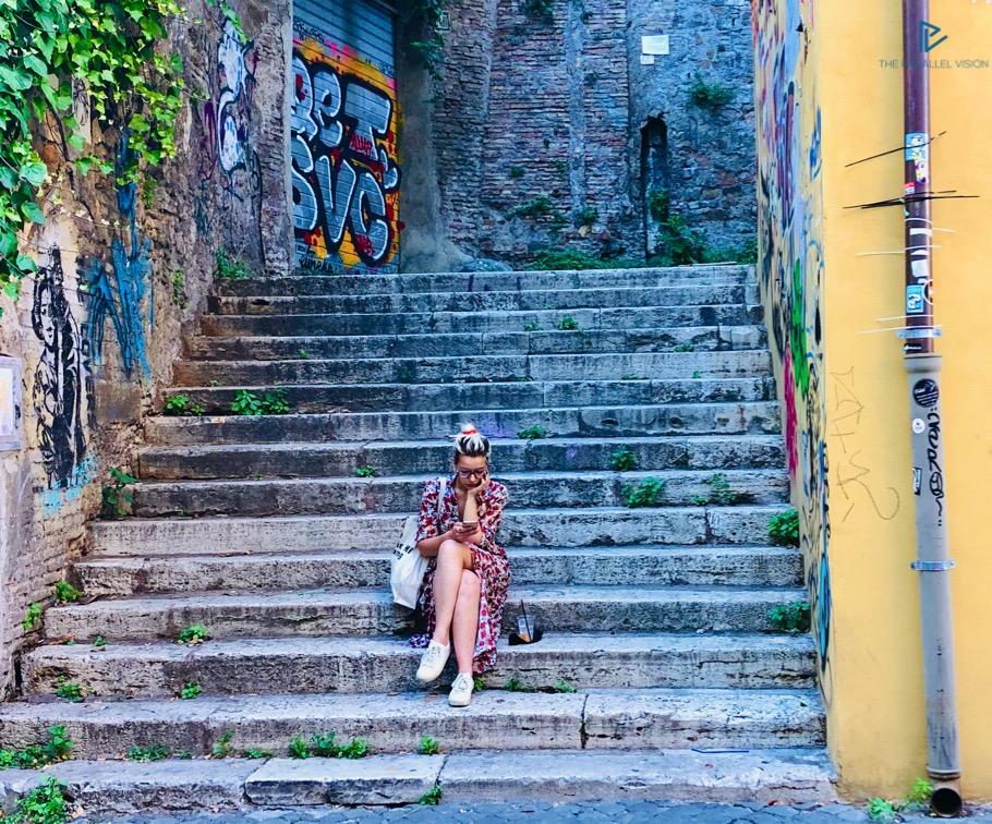 rioni-di-roma-the-parallel-vision-foto-monti-strade-monumenti-vicoli-ragazza-scale