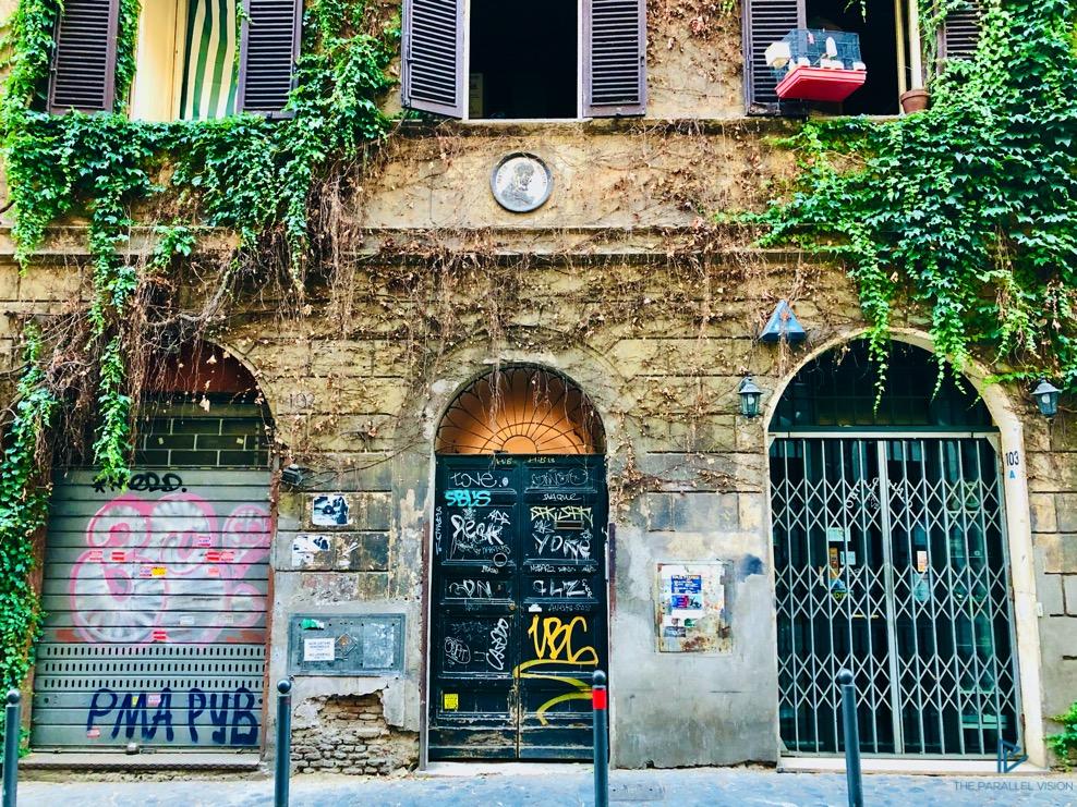 rioni-di-roma-the-parallel-vision-foto-monti-strade-monumenti-vicoli-edera-portone-saracinesca