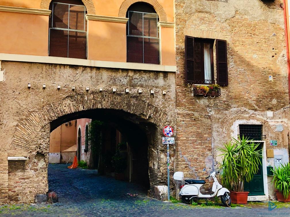 rioni-di-roma-the-parallel-vision-foto-trastevere-strade-monumenti-vicoli-arco