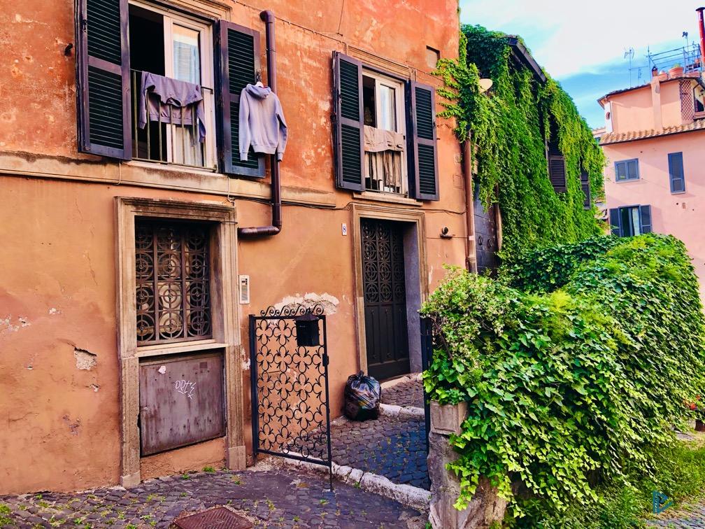 rioni-di-roma-the-parallel-vision-foto-trastevere-strade-monumenti-vicoli-edera