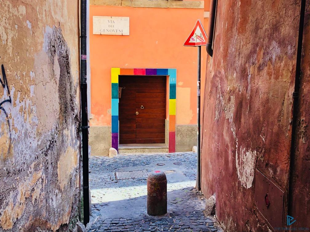 rioni-di-roma-the-parallel-vision-foto-trastevere-strade-monumenti-vicoli-porta-colorata