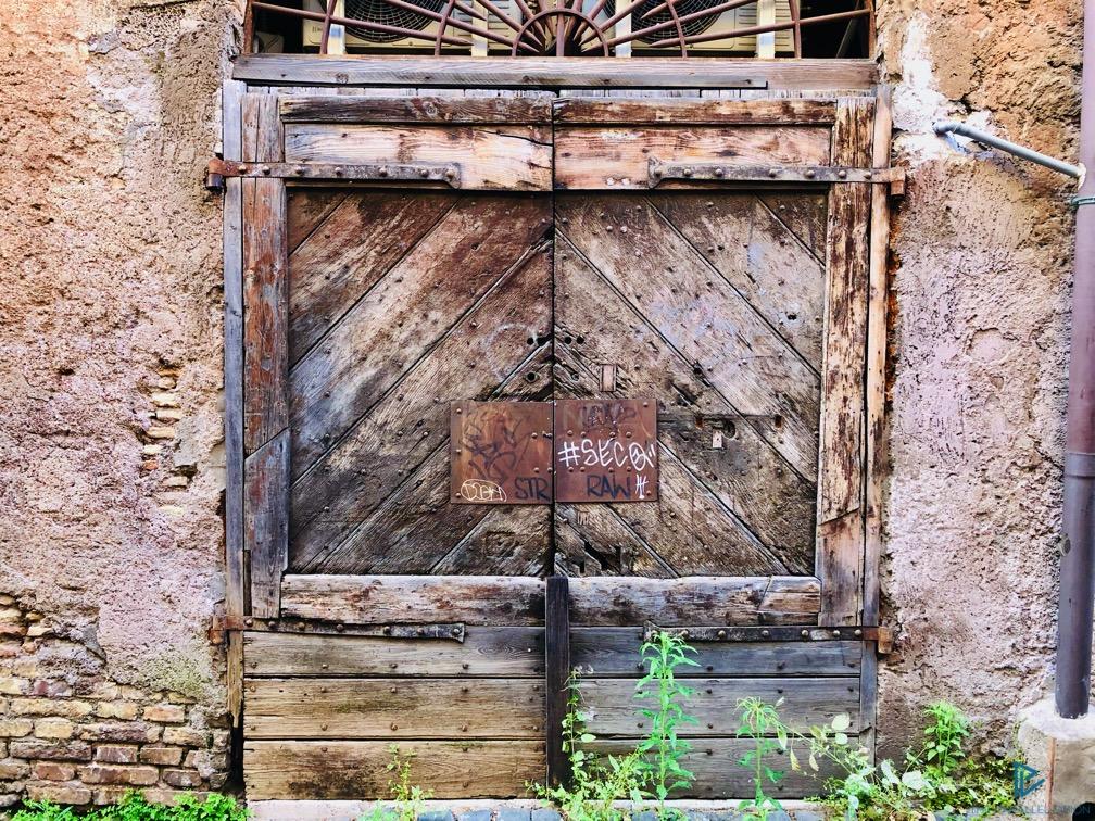 rioni-di-roma-the-parallel-vision-foto-trastevere-strade-monumenti-vicoli-portone-legno