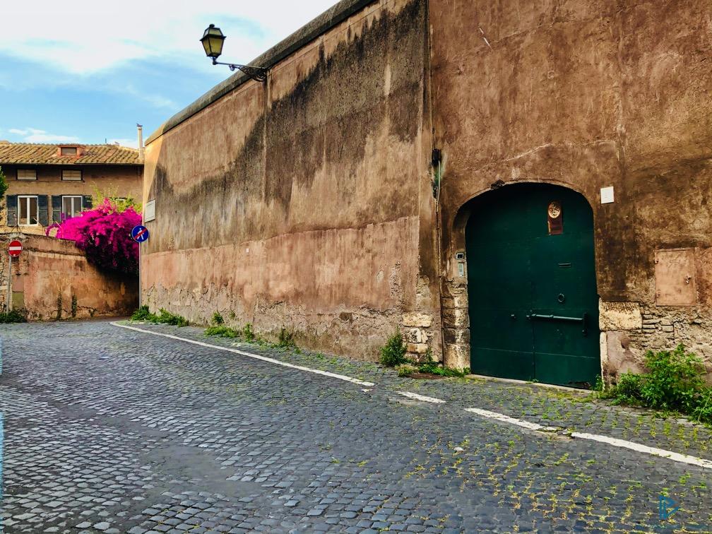 rioni-di-roma-the-parallel-vision-foto-trastevere-strade-monumenti-vicoli-finestre-fiori-bouganville