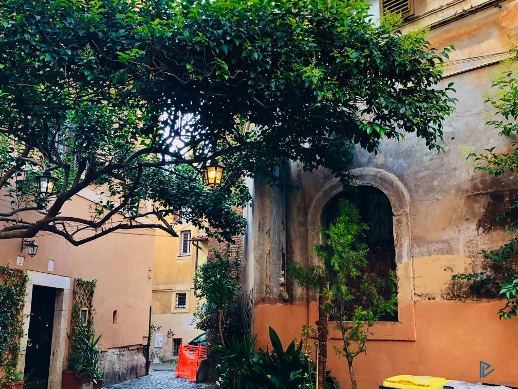 rioni-di-roma-the-parallel-vision-foto-trastevere-strade-monumenti-vicoli-finestre-alberi-lanterne