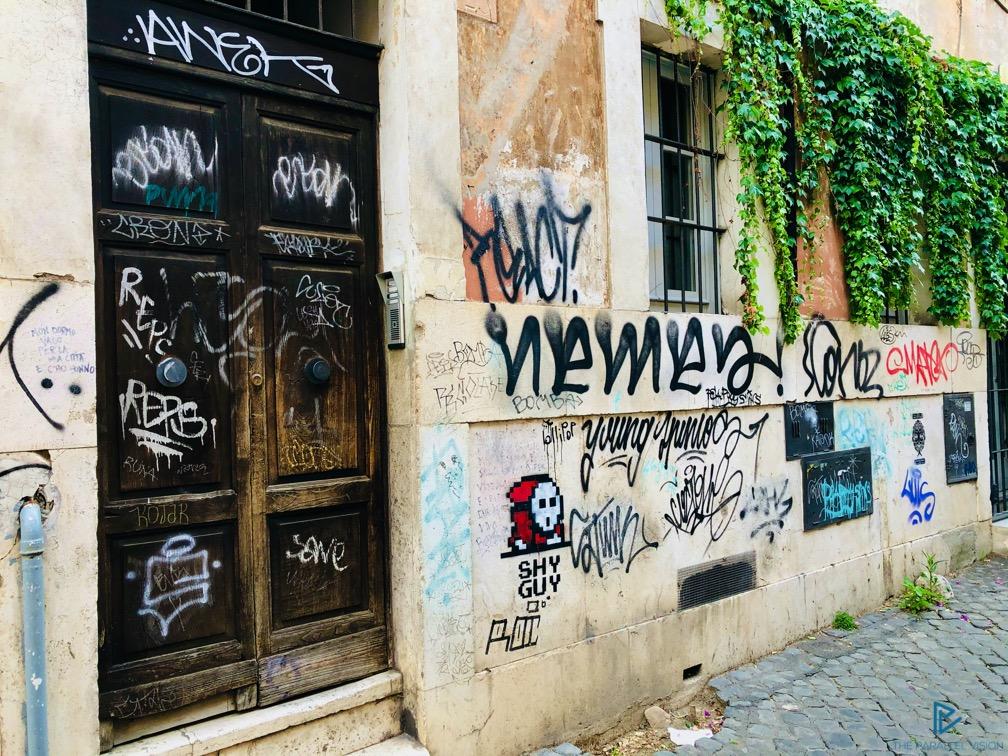 rioni-di-roma-the-parallel-vision-foto-trastevere-strade-monumenti-vicoli-portone