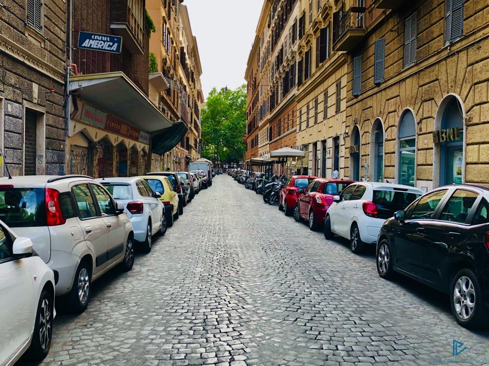 rioni-di-roma-the-parallel-vision-foto-trastevere-strade-monumenti-vicoli-macchine-parcheggiate