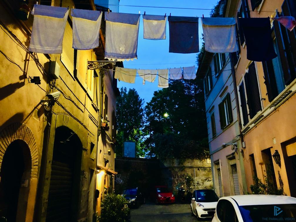 rioni-di-roma-the-parallel-vision-foto-trastevere-strade-monumenti-vicoli-siamo-poesia-finestra-panni-stesi
