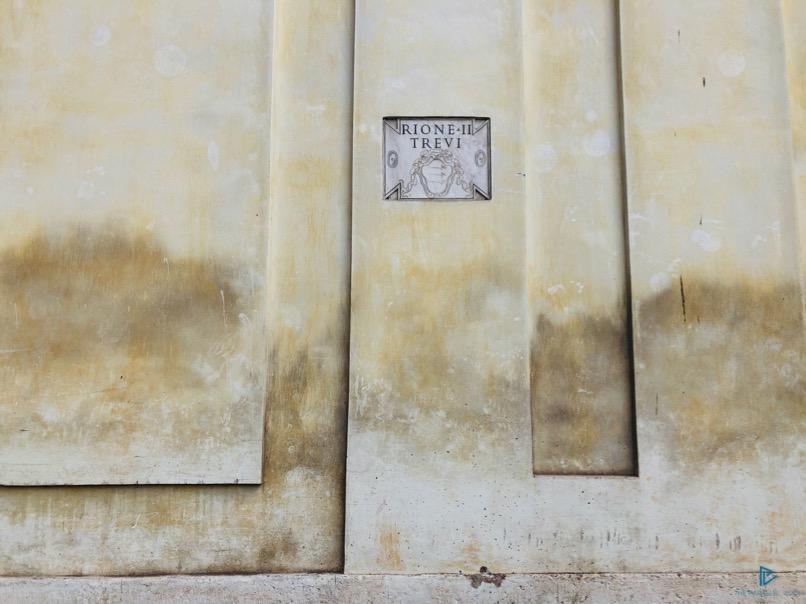 rioni-di-roma-the-parallel-vision-foto-trevi-strade-monumenti-vicoli-muro-incisione