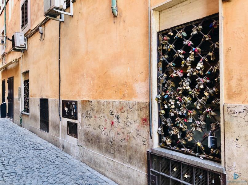 rioni-di-roma-the-parallel-vision-foto-trevi-strade-monumenti-vicoli-lucchetti