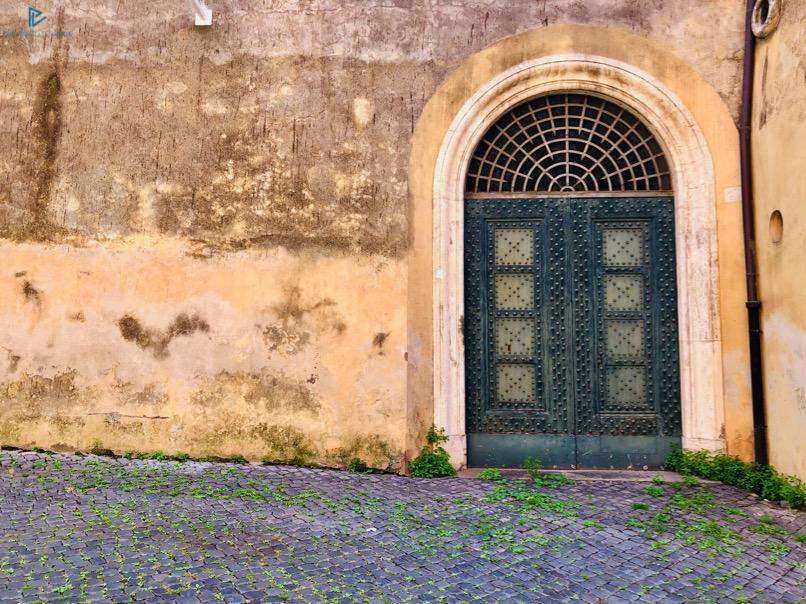 rioni-di-roma-the-parallel-vision-foto-trevi-strade-monumenti-vicoli-portone