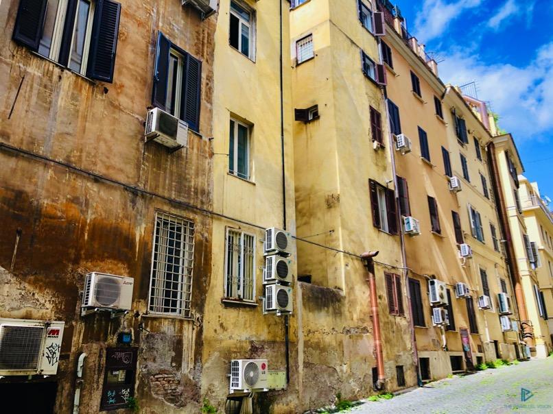 rioni-di-roma-the-parallel-vision-foto-trevi-strade-monumenti-vicoli-finestre-condizionatori