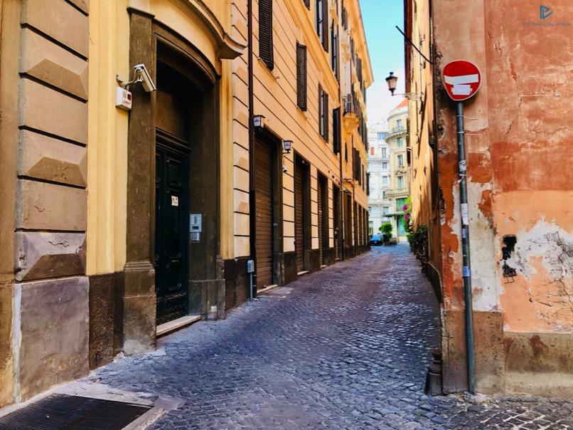 rioni-di-roma-the-parallel-vision-foto-trevi-strade-monumenti-vicoli-segnale-stop