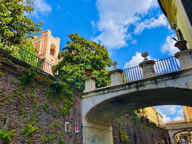 rioni-di-roma-the-parallel-vision-foto-trevi-strade-monumenti-vicoli-ponte-piante-verde