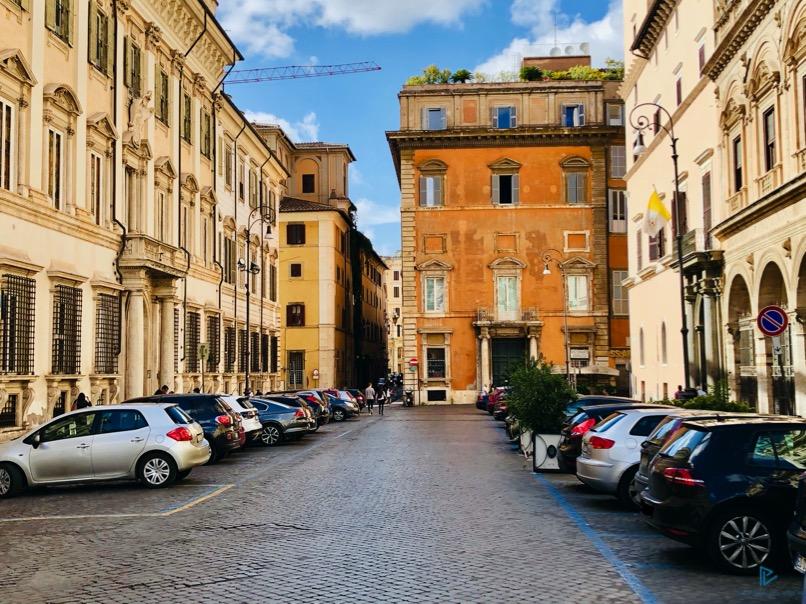rioni-di-roma-the-parallel-vision-foto-trevi-strade-monumenti-macchine-parcheggiate
