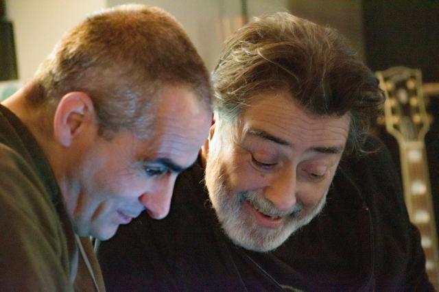 due-uomini-sorridono-barba-bianca