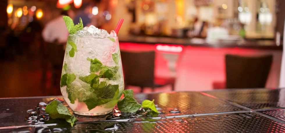 glass-ice-mint-mojito-cocktail-table-aperitivo-Ferragosto