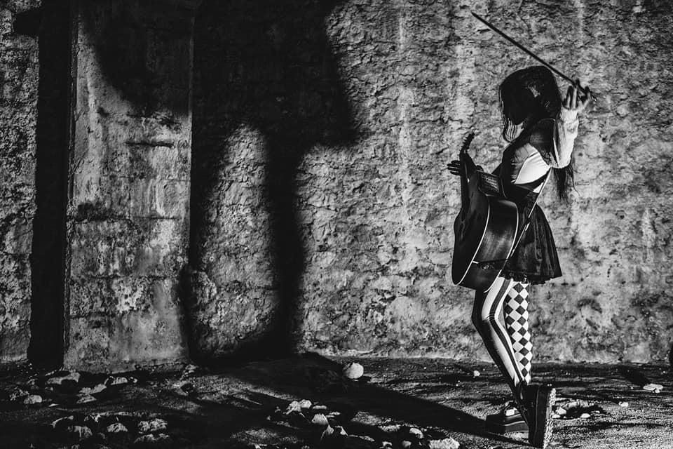 anna-mancini-girl-playing-guitar-black-and-white