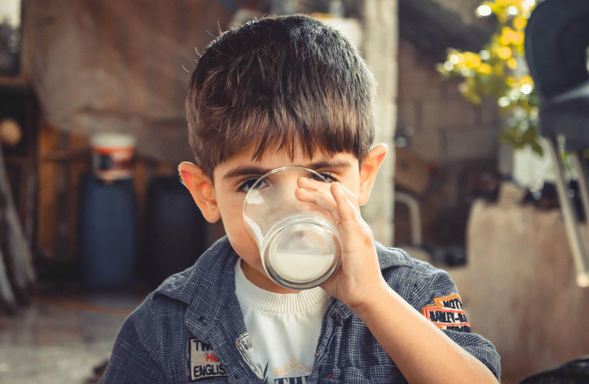 bambino-beve-bicchiere-latte