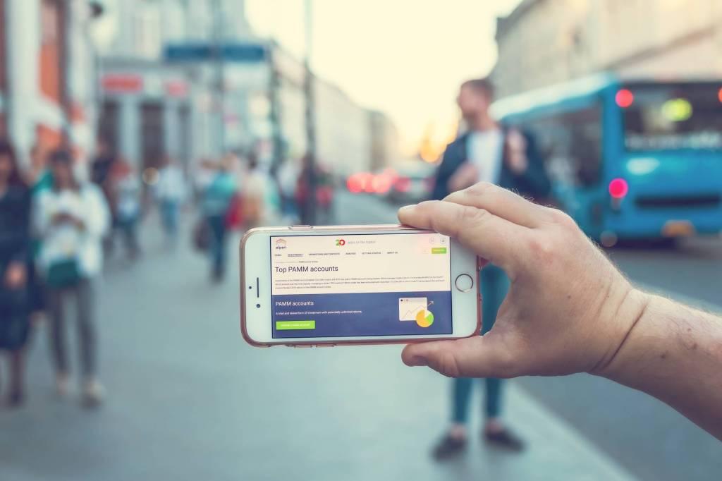 smartphone-street-hand-screen