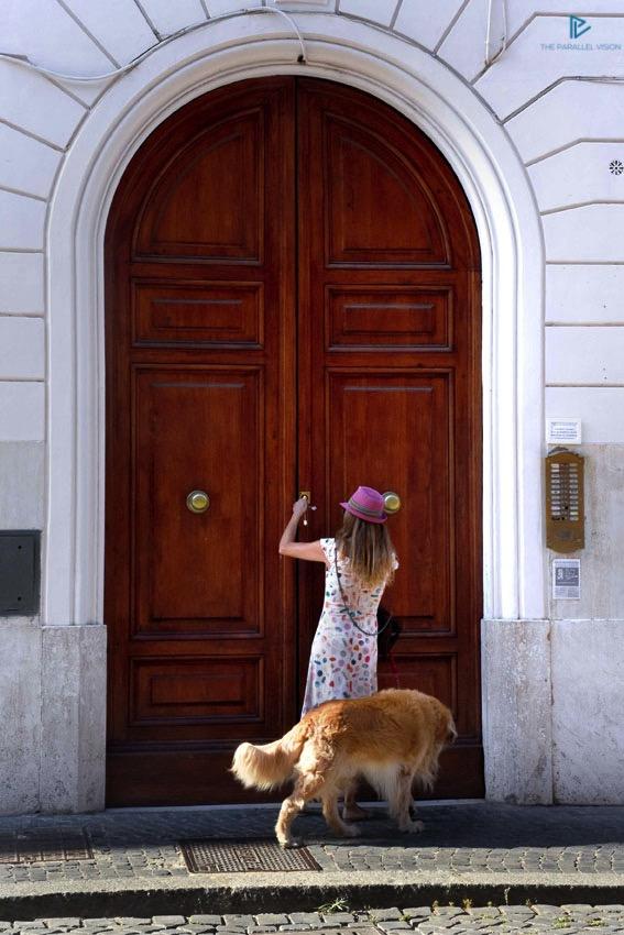 rioni-di-roma-the-parallel-vision-foto-borgo-strade-monumenti-vicoli-portone-ragazza-cane
