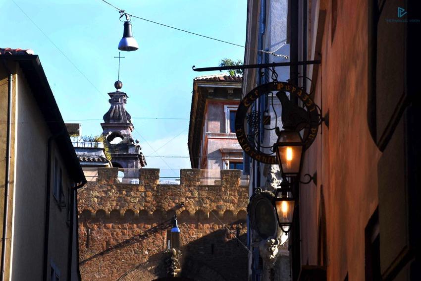 rioni-di-roma-the-parallel-vision-foto-borgo-strade-monumenti-vicoli-tetti-mura-lampada