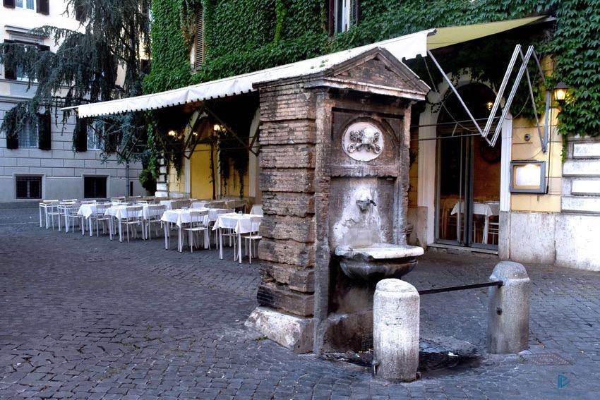 rioni-di-roma-the-parallel-vision-foto-borgo-strade-monumenti-vicoli-sedie-tavoli-fontana
