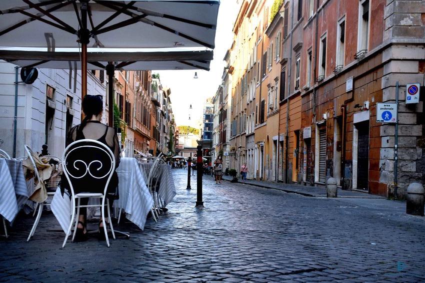 rioni-di-roma-the-parallel-vision-foto-borgo-strade-monumenti-vicoli-sedie-tavoli-sanpietrini