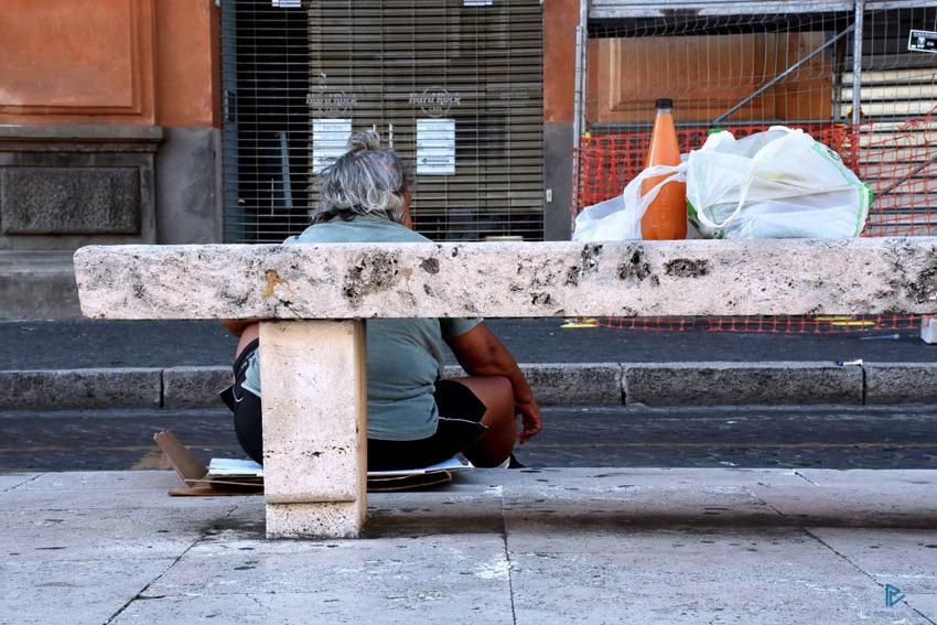 rioni-di-roma-the-parallel-vision-foto-borgo-strade-monumenti-vicoli-panchina-clochard