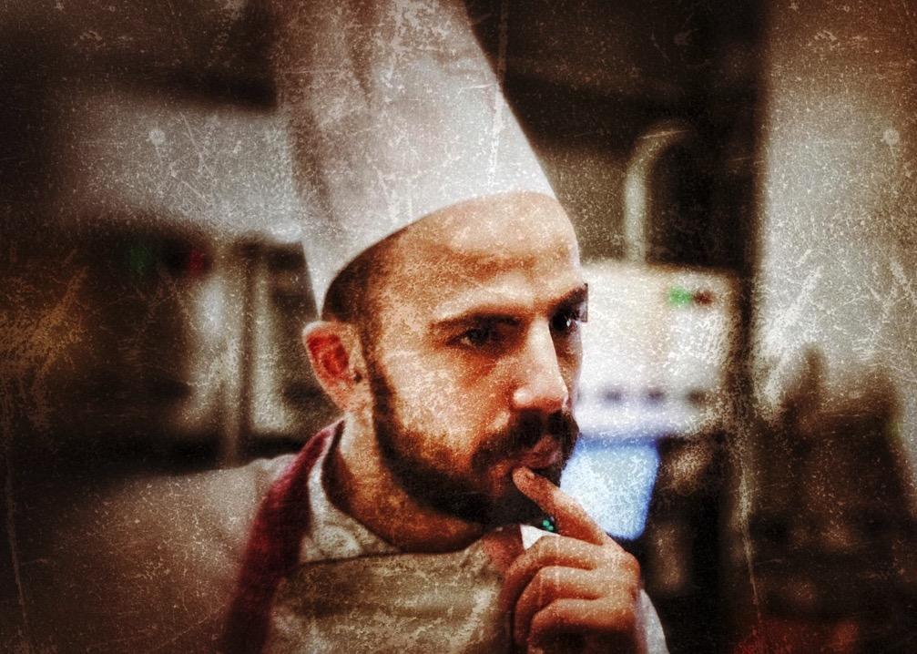 chef-ragazzo-barba-parannanza-cucina