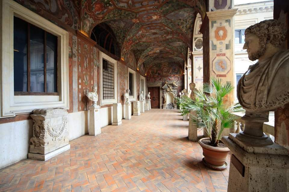 portico-busti-statue-piante-volte-arte-decorazioni