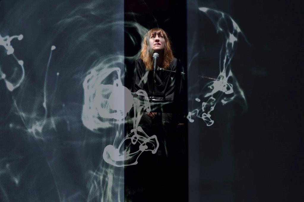 donna-microfono-fumo-luci