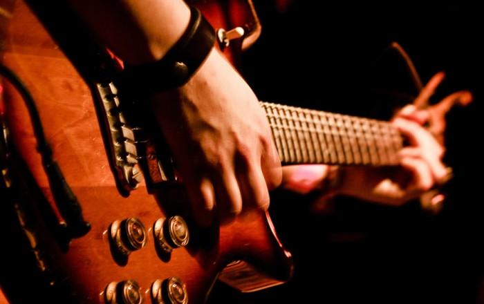 musica-chitarra-mani