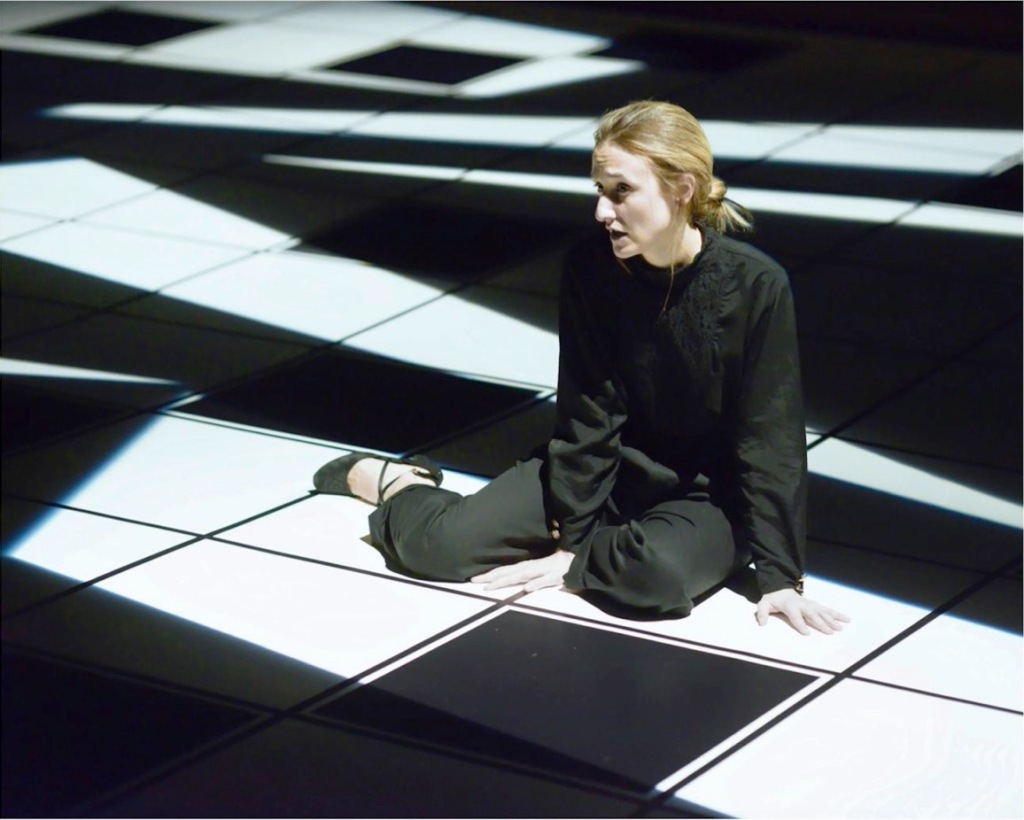 donna-seduta-pavimento-bianco-nero