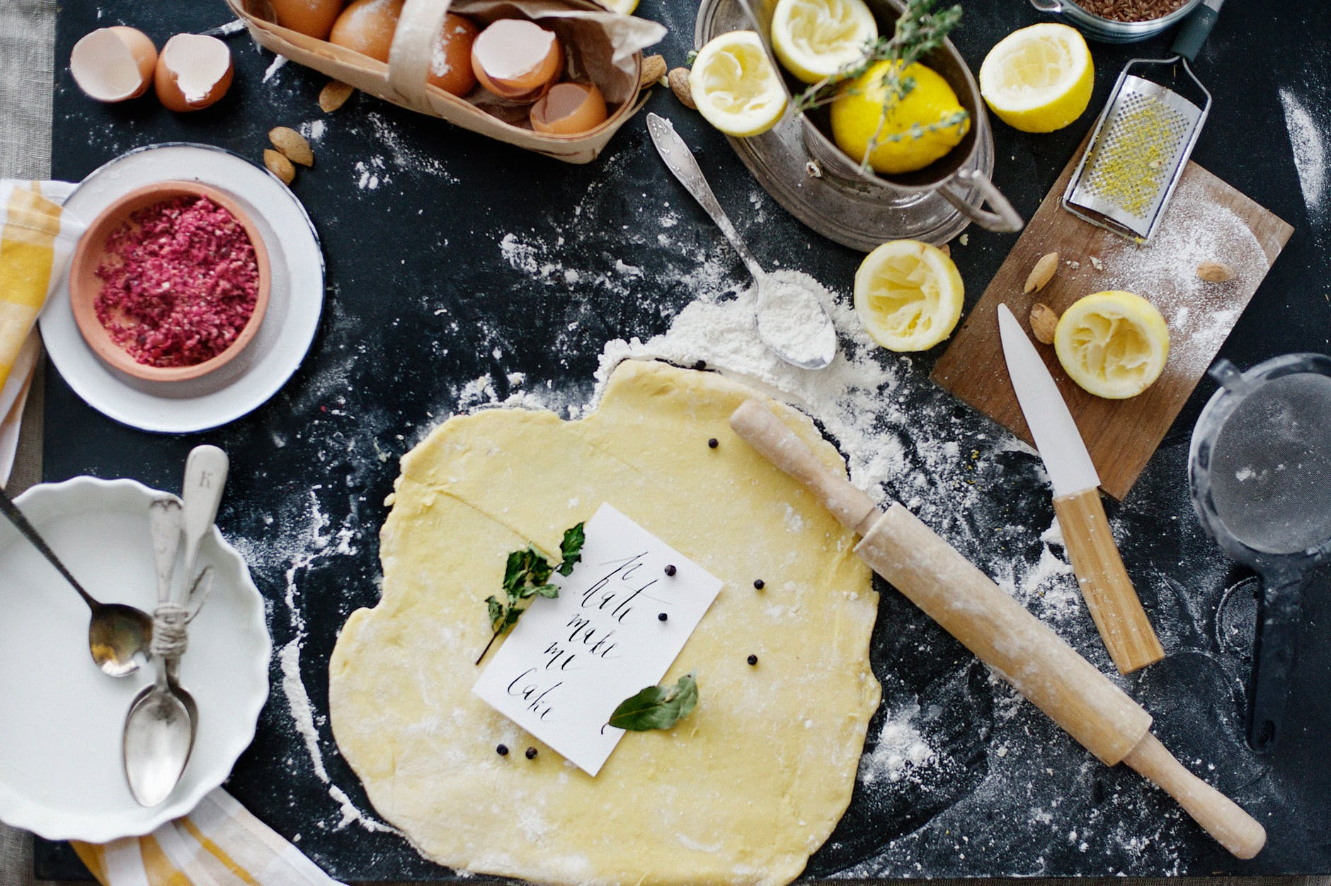 pasta-frolla-impasto-limoni-uova-mattarello-coltello-