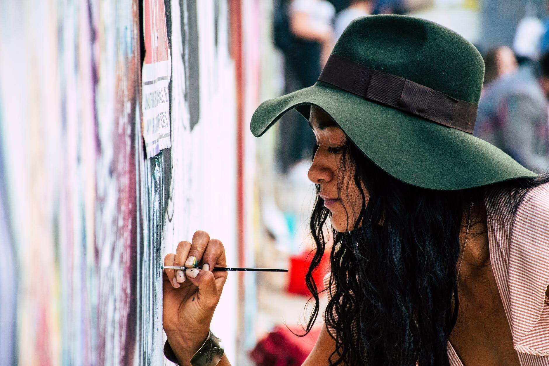 girl-painter-hat-green-pittura-artista