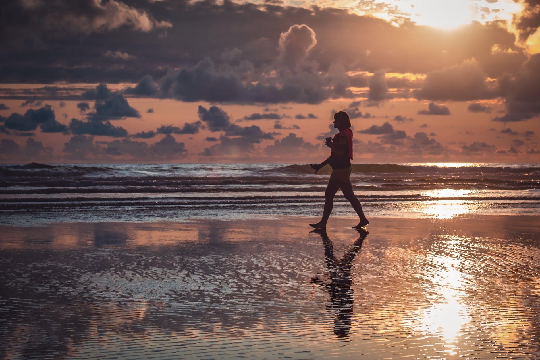 mare-camminare-riva-sea-shore-sun-sole-tramonto-nuvole