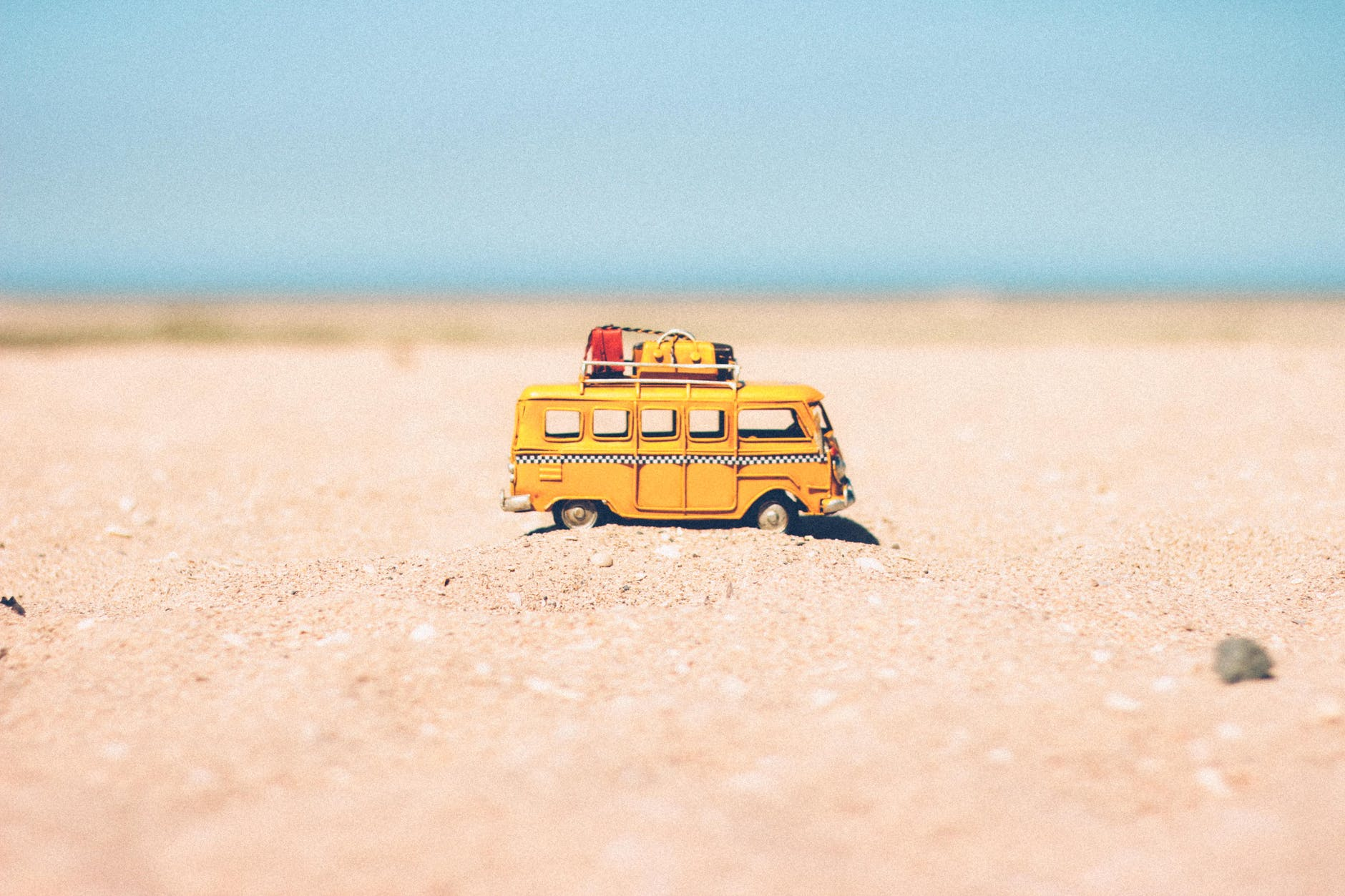pulmino-giallo-spiaggia-modellino